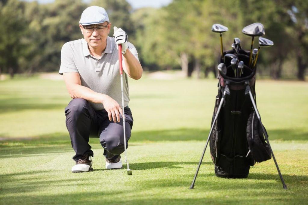 Homme avec un sac de golf